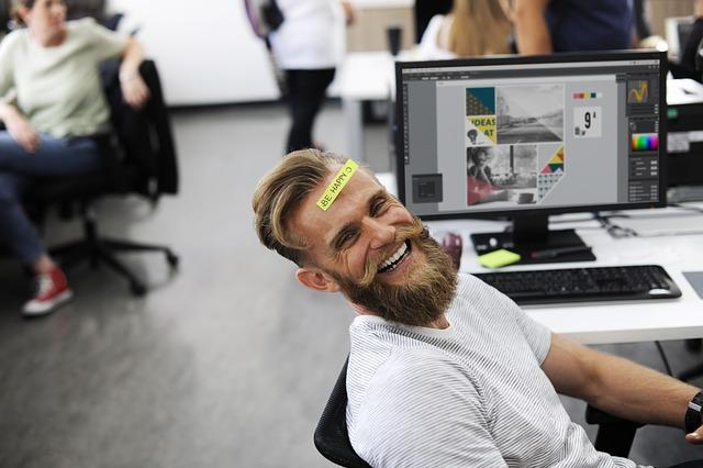 homem sorrindo no trabalho