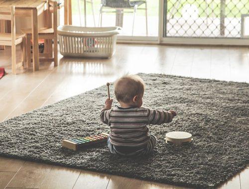 criança brincando no chao da sala