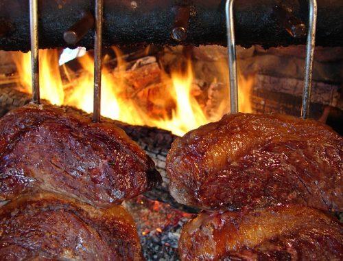 carne assando na churrasqueira